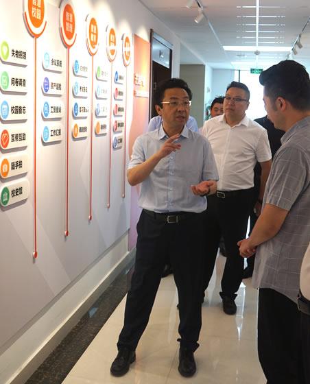 总裁闫皓向各位领导介绍公司
